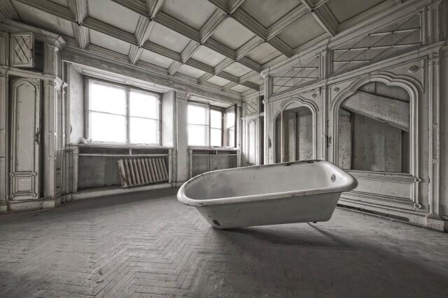 Ванная комната заброшенного дворца в Польше. Фотопроект Киммо Пархиала и Тани Палмунен «Заброшенная Скандинавия»