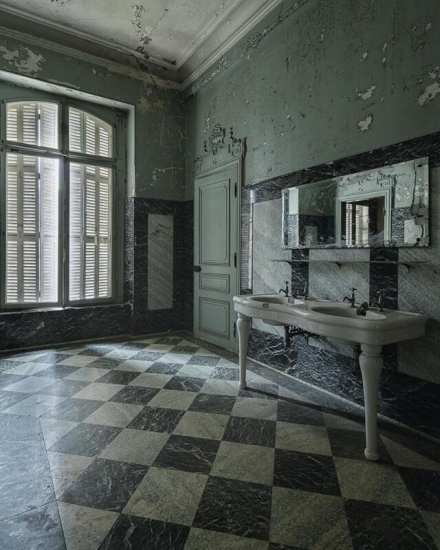 Туалетная комната в старом особняке. Фотопроект Киммо Пархиала и Тани Палмунен «Заброшенная Скандинавия»