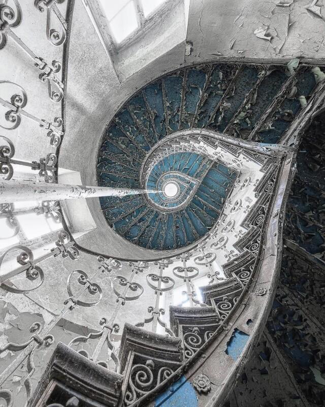 Ажурная лестница в польском особняке. Фотопроект Киммо Пархиала и Тани Палмунен «Заброшенная Скандинавия»