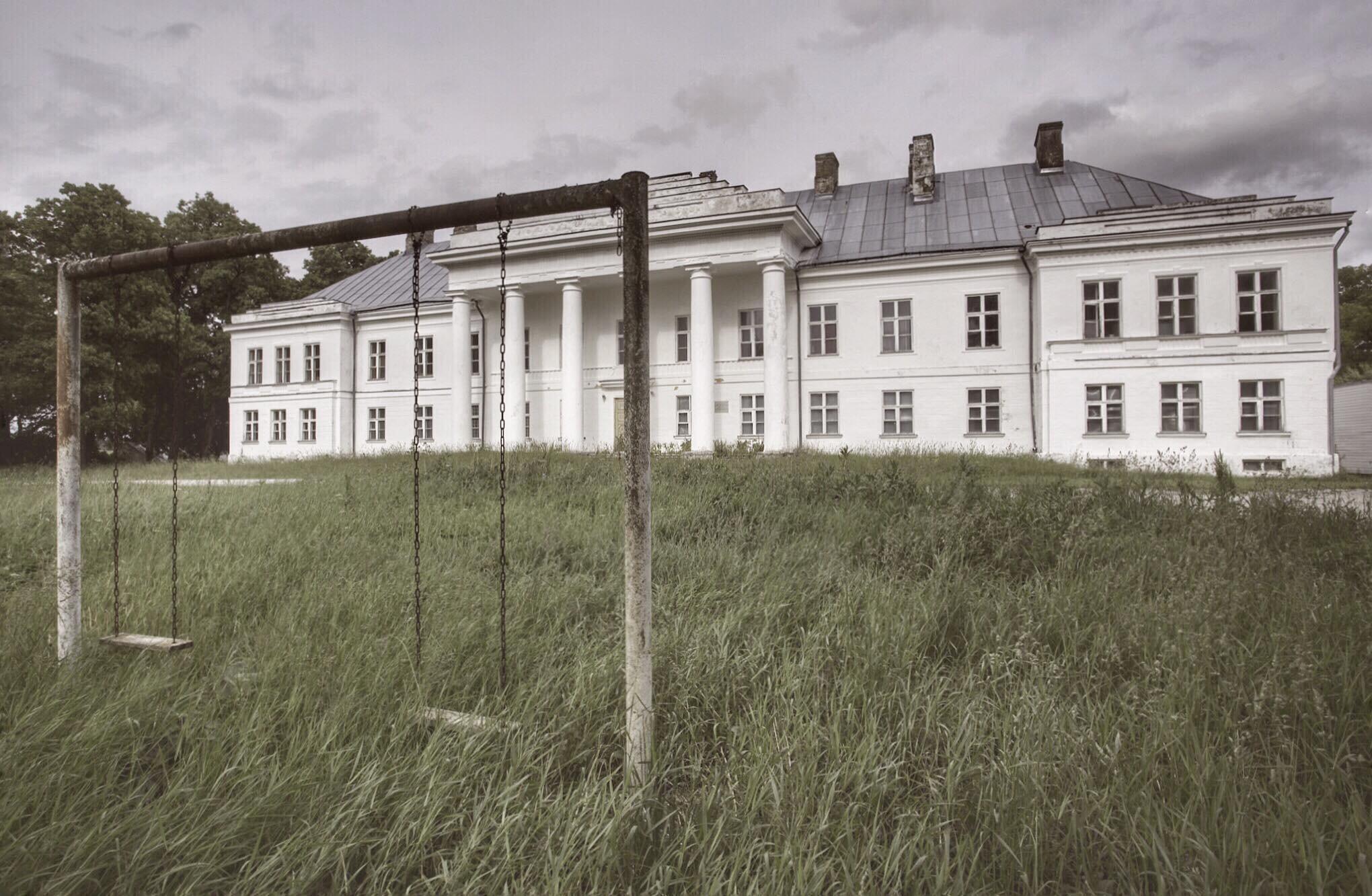 «Качели для маленьких принцесс». Особняк в Эстонии. Фотопроект Киммо Пархиала и Тани Палмунен «Заброшенная Скандинавия»