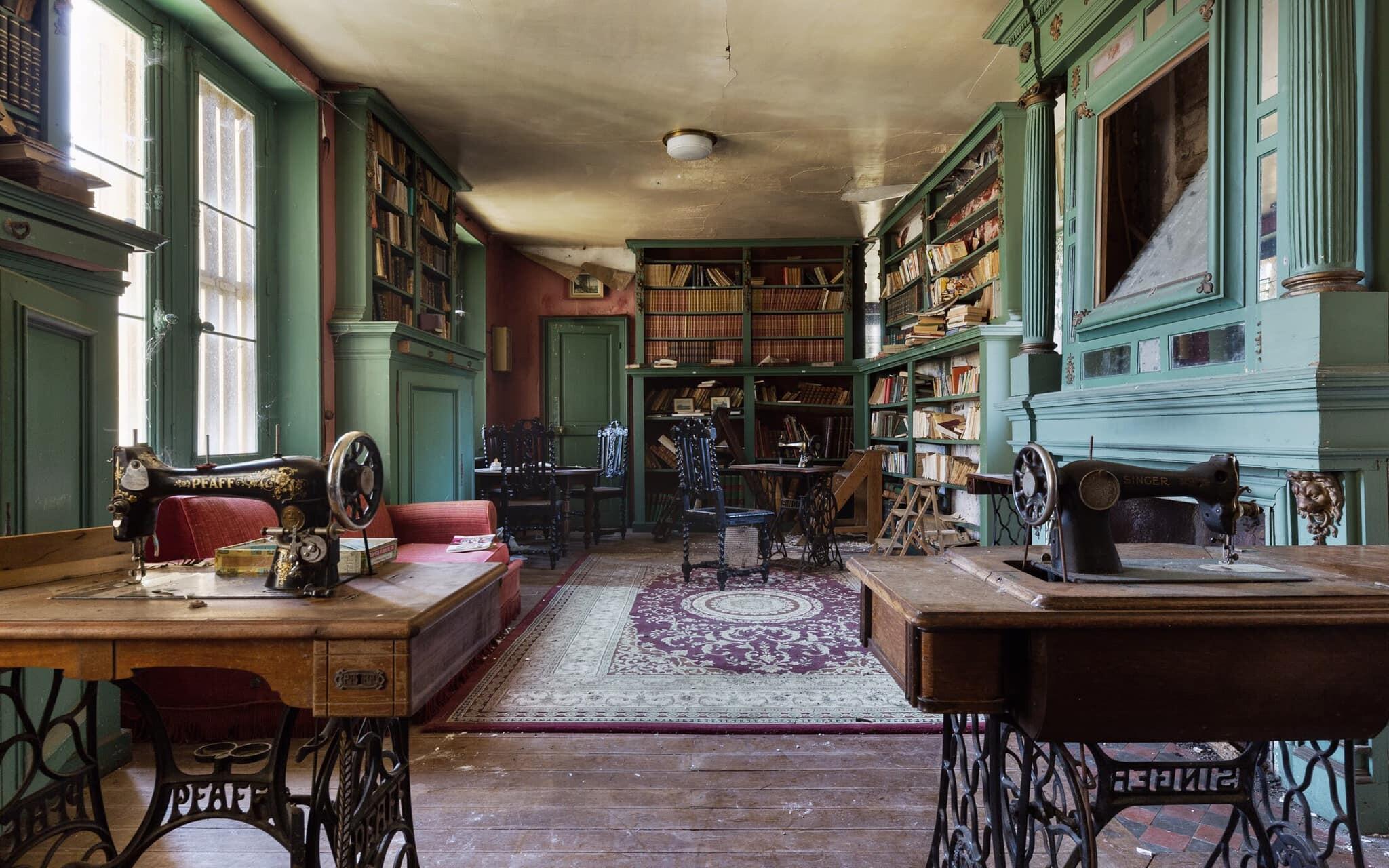 Личная библиотека в заброшенном поместье Франции. Фотопроект Киммо Пархиала и Тани Палмунен «Заброшенная Скандинавия»