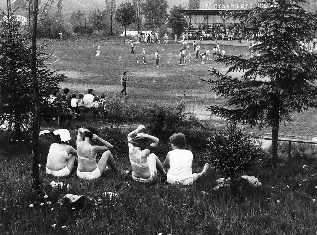 Деревенские женщины в неглиже, Рыжовиште, Чехия, 1985. Йиндржих Штрейт