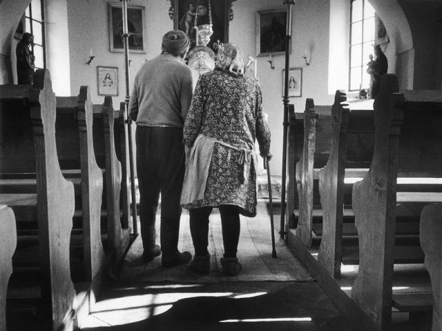Перед иконой, из серии «Врата надежды», Чехия. Йиндржих Штрейт