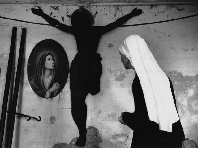 Распятье и монахиня, из серии «Врата надежды», Чехия. Йиндржих Штрейт