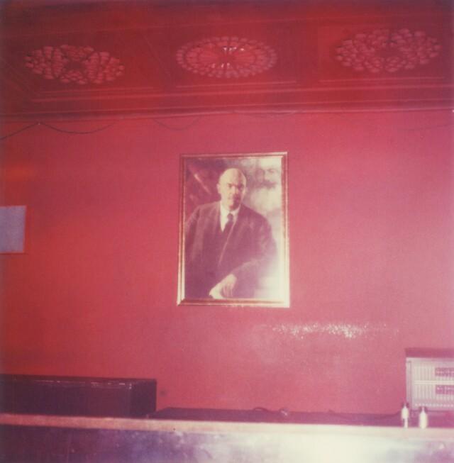 Красная гостиная в Фольксбюне, Германия, 2004 год. Фотограф Сибилла Бергеман