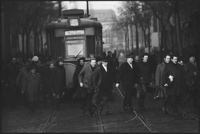 Смена рабочих, час пик, Берлин, ГДР, 1972 год. Фотограф Сибилла Бергеман
