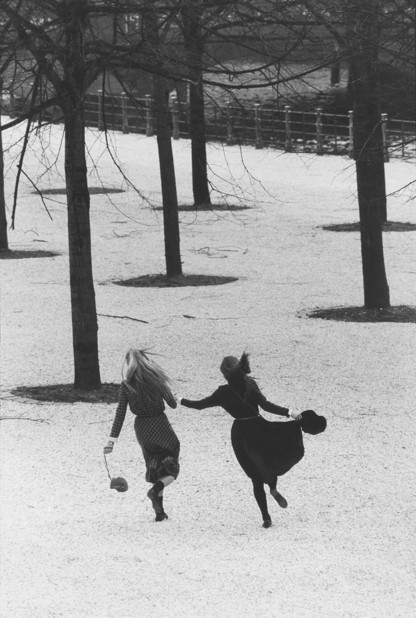 Аннет и Анджела, Люстгартен, Восточный Берлин, 1982 год. Фотограф Сибилла Бергеман