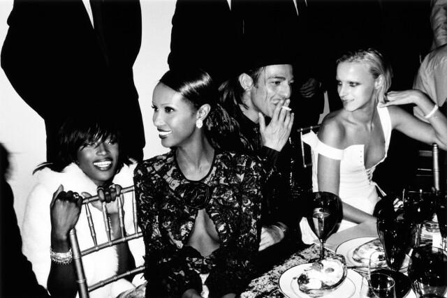 Наоми Кэмпбелл, Иман, Джон Гальяно и Ванесса Белланже. Нью-Йорк, 1999. Фотограф Марио Тестино