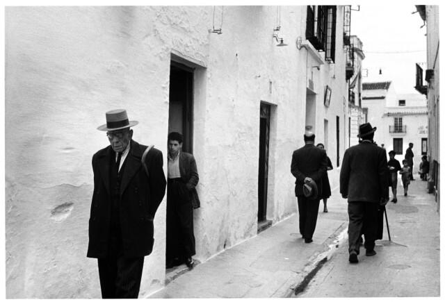 Вечерняя прогулка, Испания, 1954 год. Фотограф Инге Морат