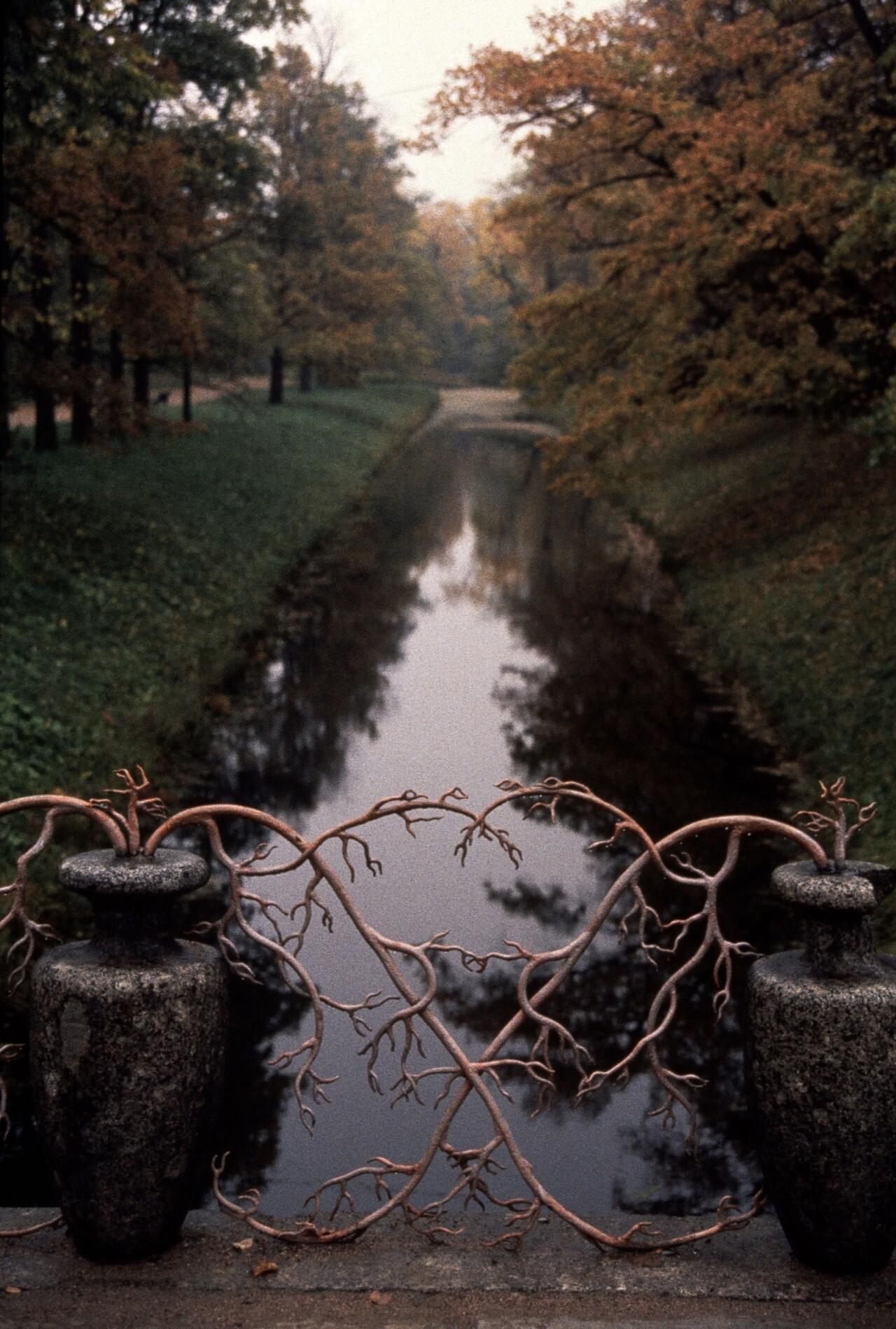 Александровский парк, гранитные вазы на мосту, ограда выполнена в виде коралловых ветвей, Пушкин, 1989 год. Фотограф Инге Морат