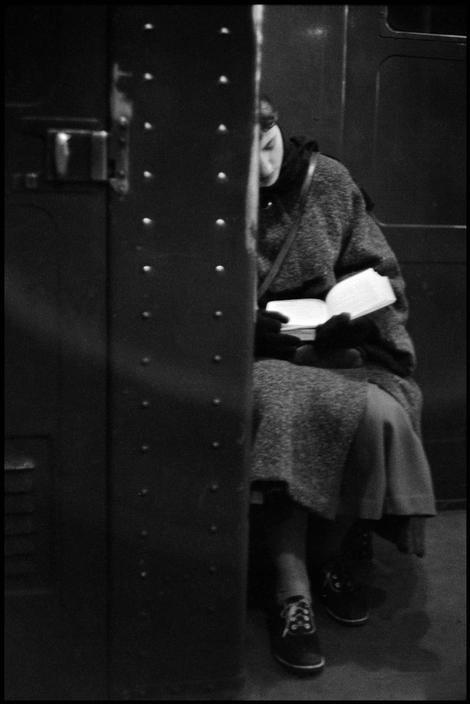 Женщина читает в метро, США, Нью-Йорк, 1957 год. Фотограф Инге Морат