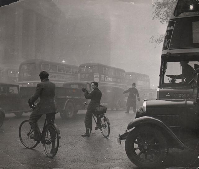 Велосипедисты, Лондон, 1949. Фотограф Эрнст Хаас