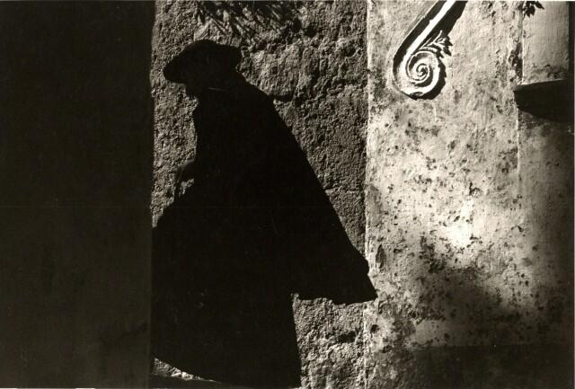 Священник, Позитано, 1953. Фотограф Эрнст Хаас