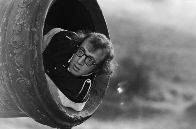 Вуди Аллен готовится к выстрелу из пушки на съёмках комедии «Любовь и смерть» в ноябре 1974 года. Фотограф Эрнст Хаас