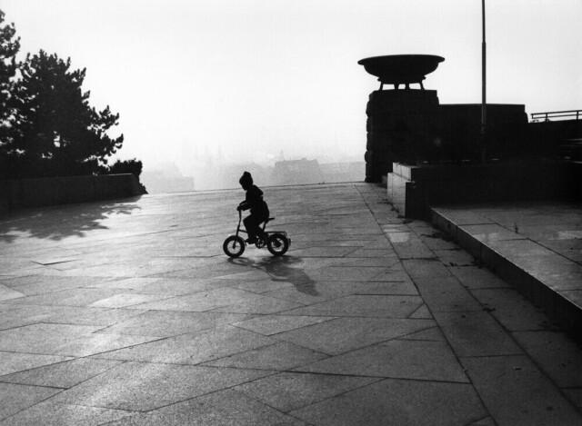 Ребёнок на велосипеде, 1991. Фотограф Франтишек Досталь