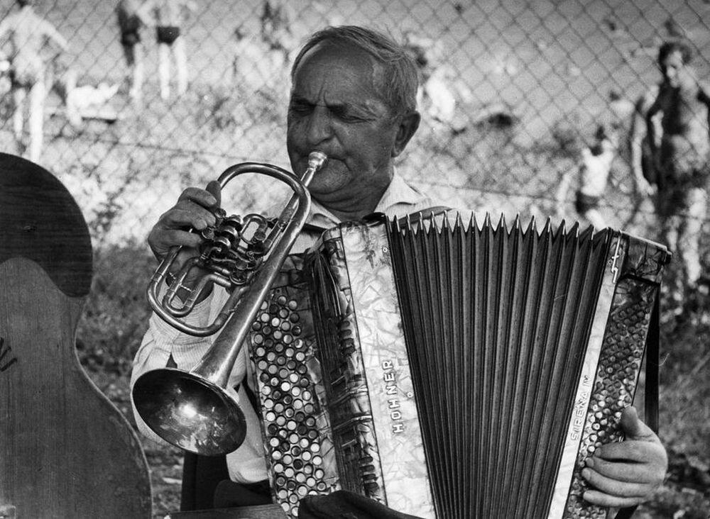 Человек-оркестр. Фотограф Франтишек Досталь