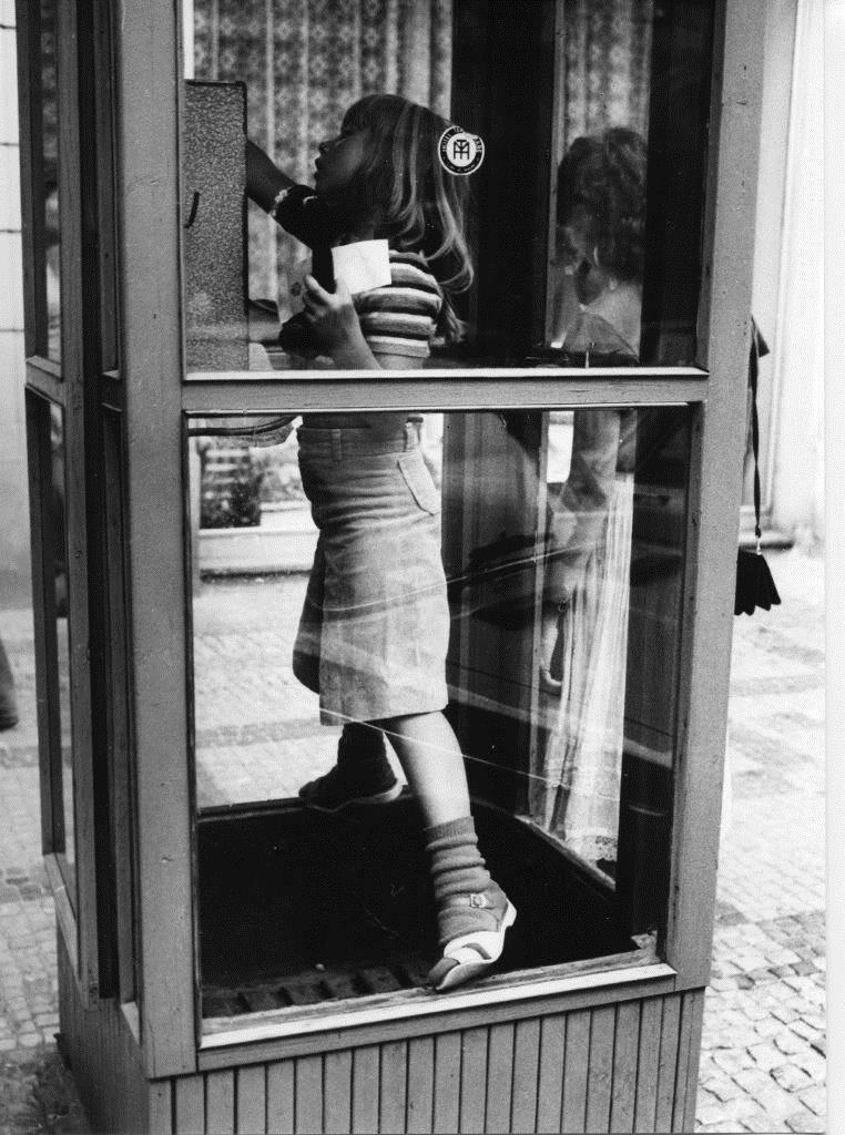В телефонной будке. Фотограф Франтишек Досталь