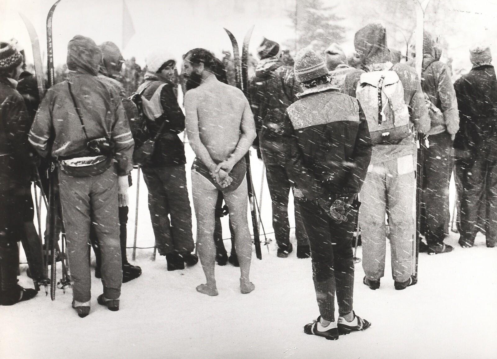 Мужчина в плавках среди зрителей лыжной гонки Йизерская падесатка, Чехия, 1978. Фотограф Франтишек Досталь