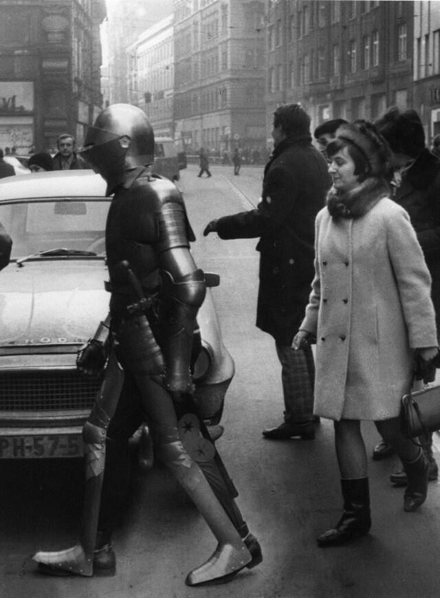 Рыцарь в городе, 1960-е. Фотограф Франтишек Досталь