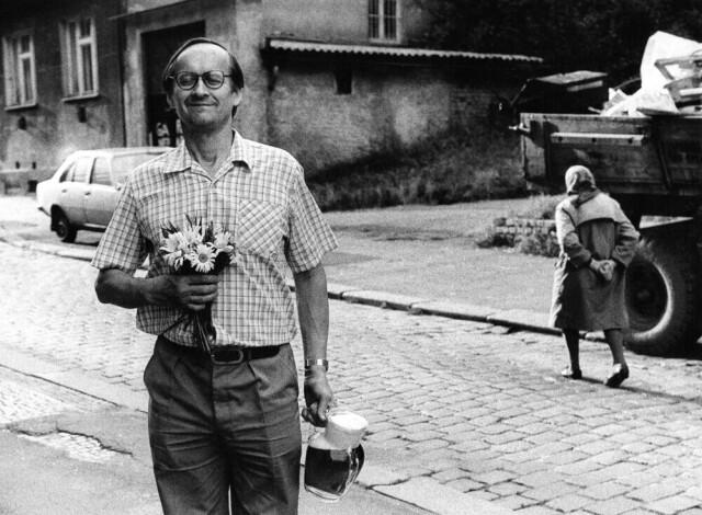 Человек с букетом, 1987. Фотограф Франтишек Досталь