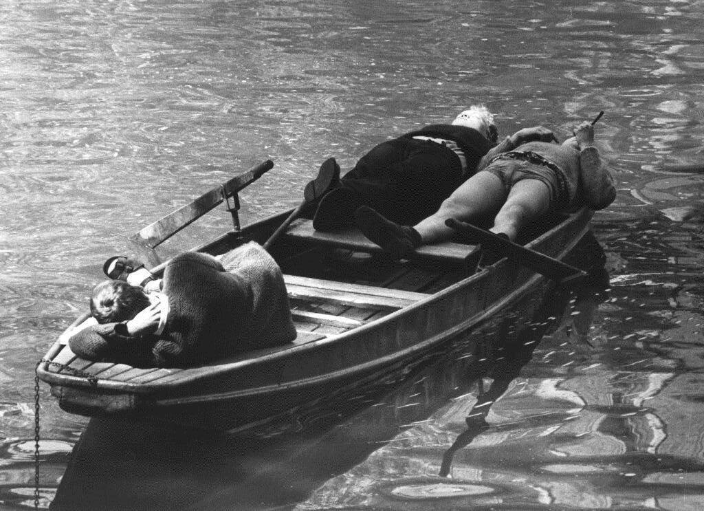 Отдых в лодке. Фотограф Франтишек Досталь