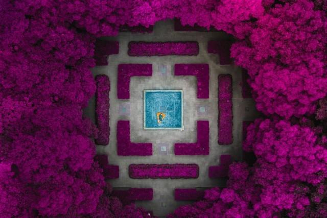 Финалист в категории «Изменённые изображения», 2020. «Фонтан в саду, который мы превратили в бассейн». Китай. Автор Виталий Головатюк