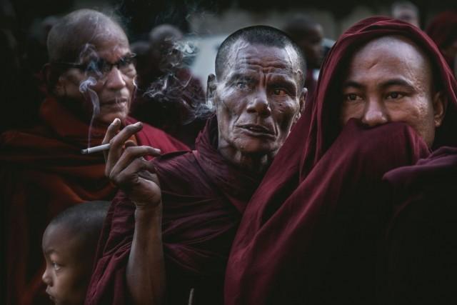 Финалист в категории «Люди», 2020.  «Пристрастие и неприязнь». Мьянма. Автор Йе Вин Ньюн