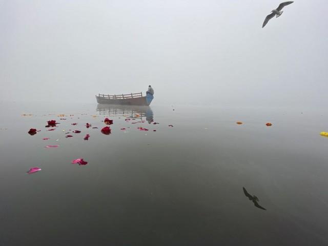 Финалист в категории «Путешествия», 2020. «Безмятежность». Лодочник туманным утром на реке Ямуна в священном городе Матхура, Индия. Автор Анкит Шарма
