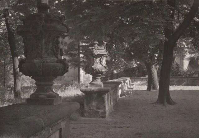 Декоративные урны в Королевском саду, 1942-1952 год. Фотограф Йозеф Судек