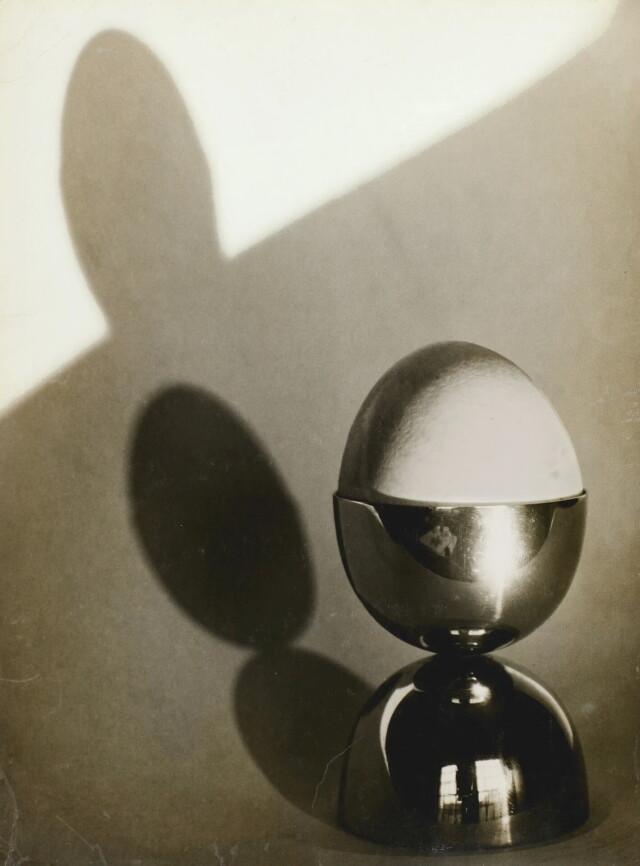 Яйцо в подставке, 1936 год. Фотограф Йозеф Судек