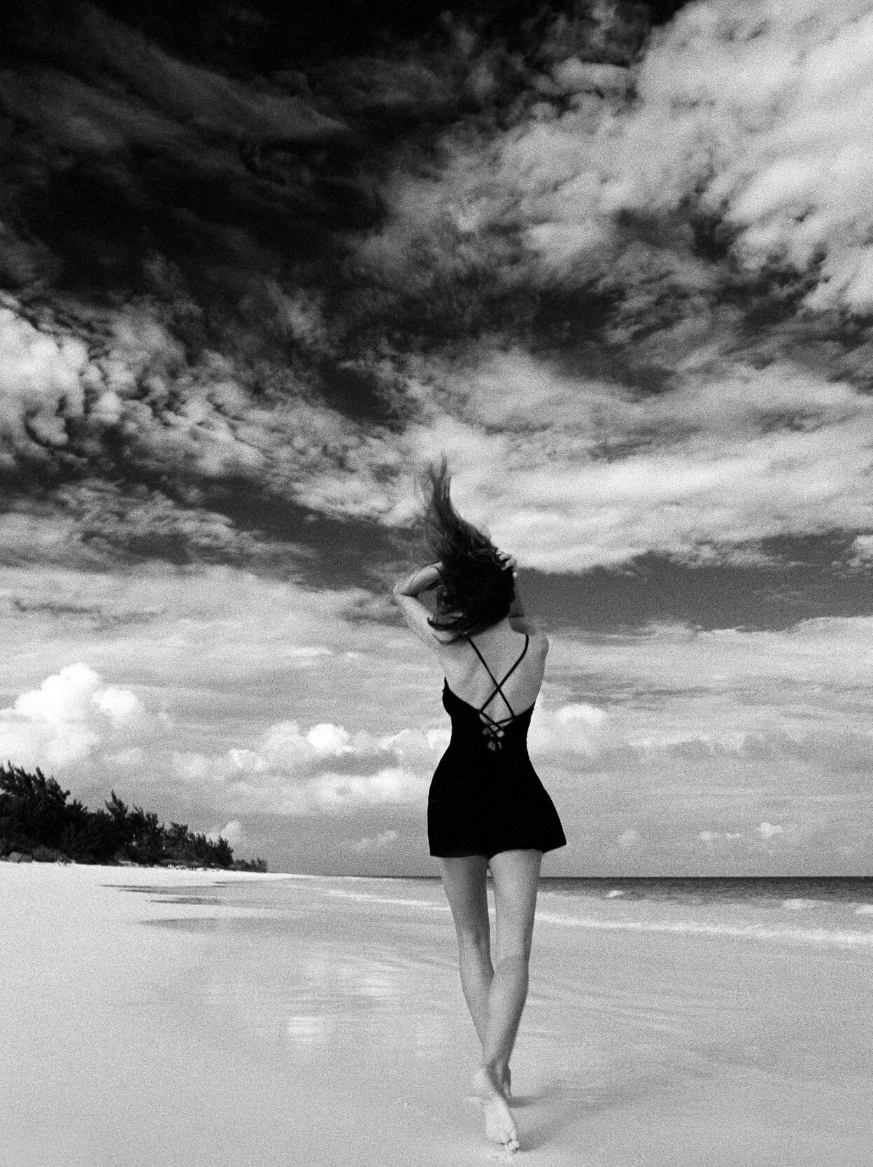 Синди Кроуфорд на пляже. Фотограф Марко Главиано