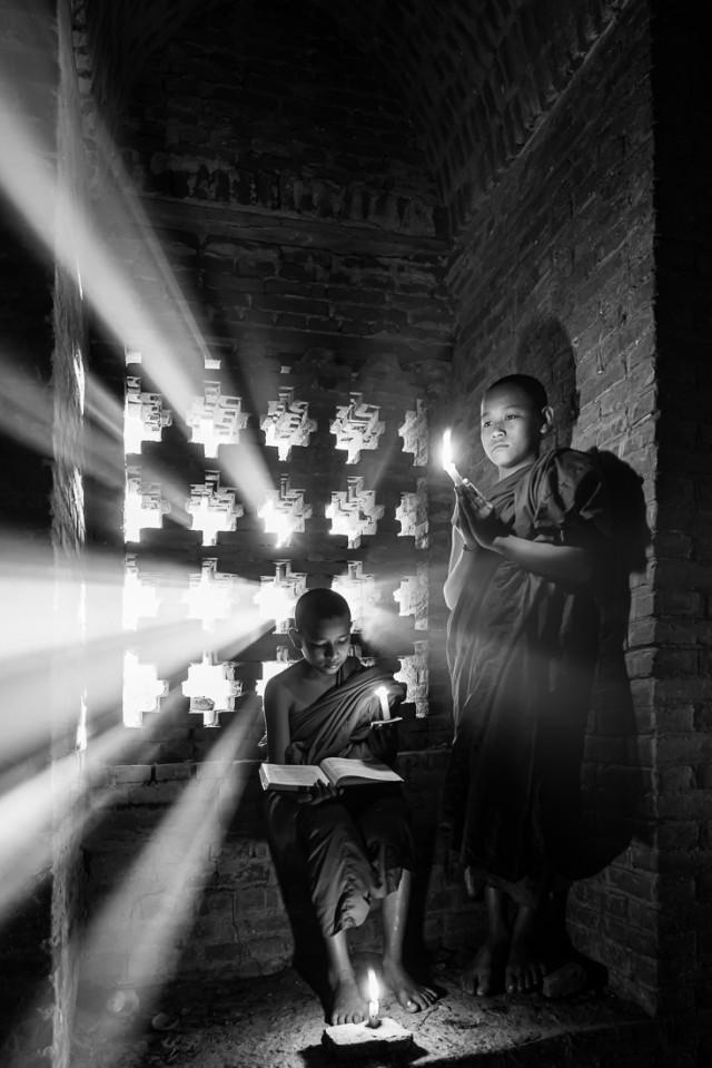 Послушники в лучах солнца. 3-е место в категории «Путешествия», серия, 2020. Автор Вин Тун Наинг