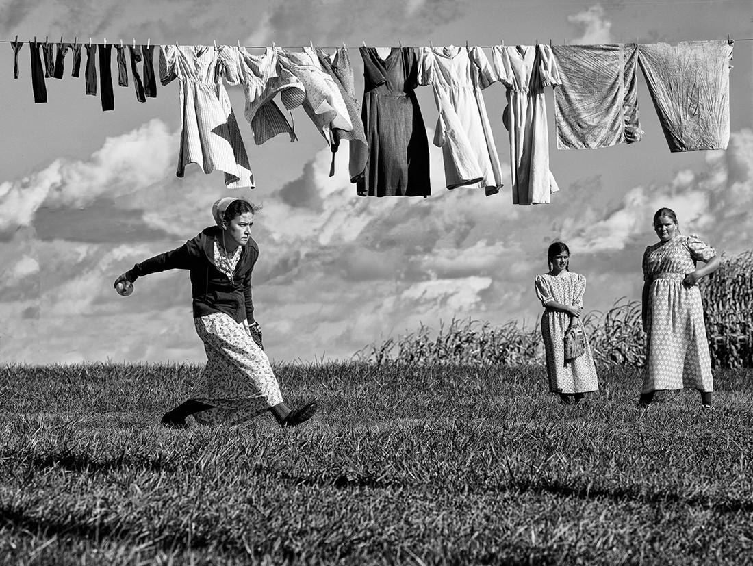 «Стирка и софтбол амишей». 1-е место в категории «Фотожурналистика», 2020. Автор Уильям Вест-младший