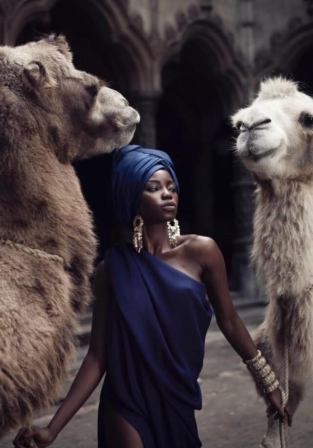 Модель с двумя верблюдами. Фотограф Марк Лагранж