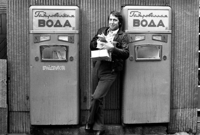 У автомата с газированной водой. Фотографы Нина Свиридова, Дмитрий Воздвиженский
