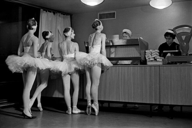 Лебеди. Артистки балета Большого театра СССР в буфете Кремлёвского дворца съездов, 1963. Фотограф Евгений Умнов
