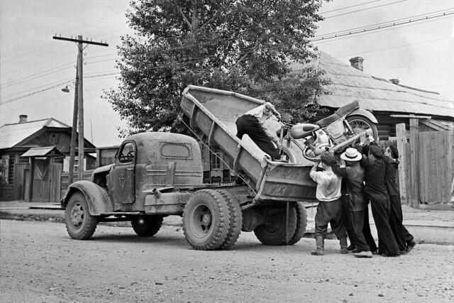 Погрузка мотоцикла, 1962-65. Фотограф Юрий Абрамочкин