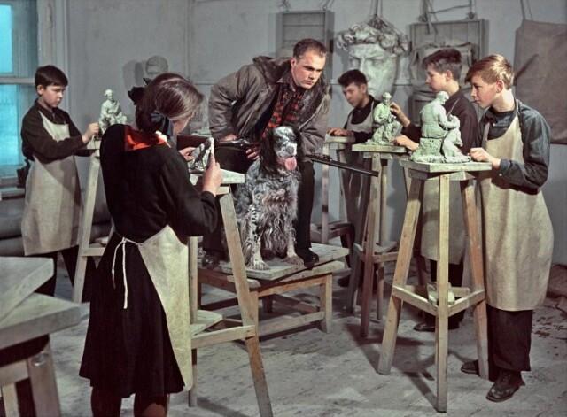 В классе лепки и скульптуры. Ленинградская художественная школа, 1954. Фотограф Семён Фридлянд