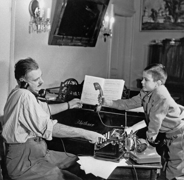 Поэт Сергей Михалков с сыном Никитой, 1952. Фотограф Дмитрий Бальтерманц