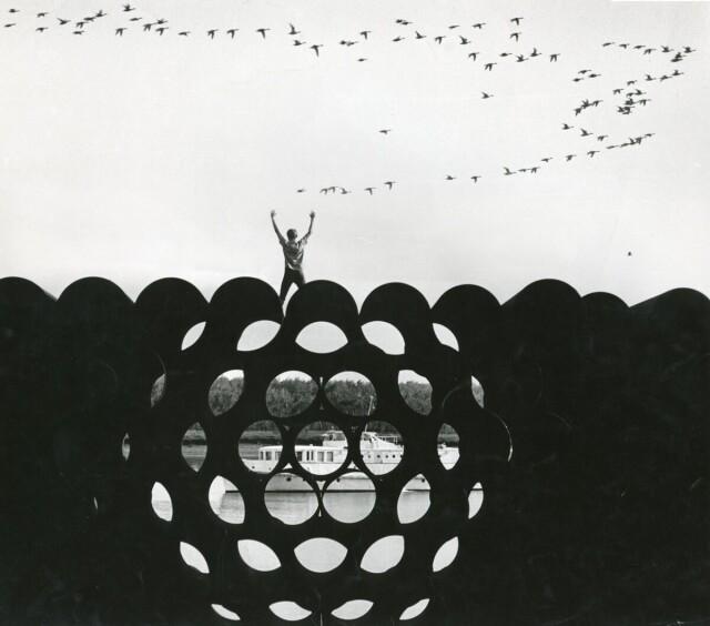 Трубы для нефтепровода. Из серии «Путешествие по Оби», 1971. Фотограф Дмитрий Бальтерманц