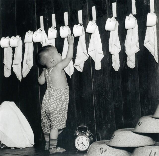 В детском саду, 1949. Фотограф Дмитрий Бальтерманц