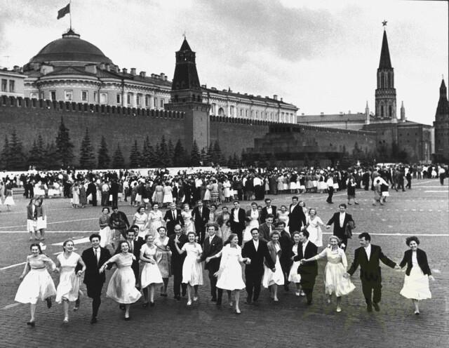 Выпускной, Красная площадь, 1960. Фотограф Дмитрий Бальтерманц