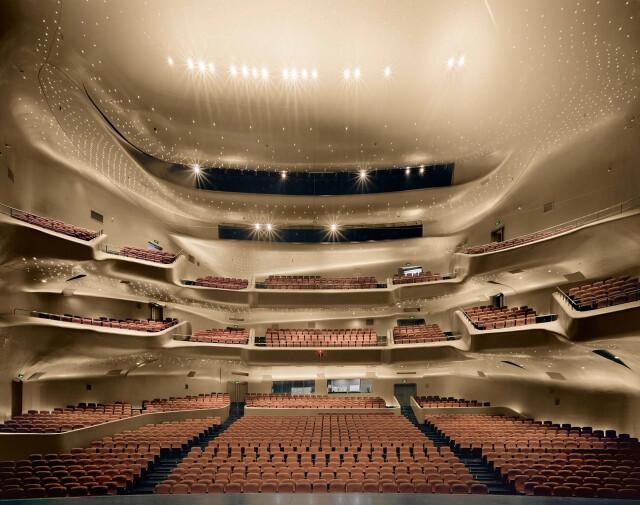 Оперный театр Гуанчжоу, Китай, спроектированный Захой Хадид, 2014 год. Фотограф Дэвид Левенти