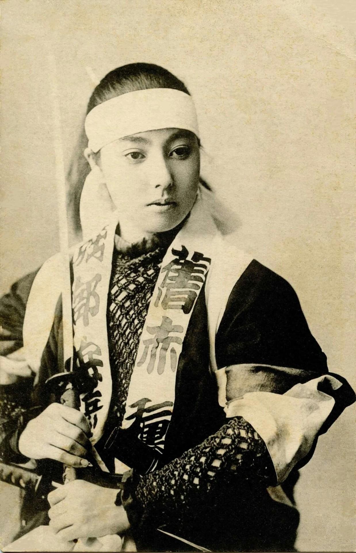 Гейша с катаной примерно в начале 1900-х годов