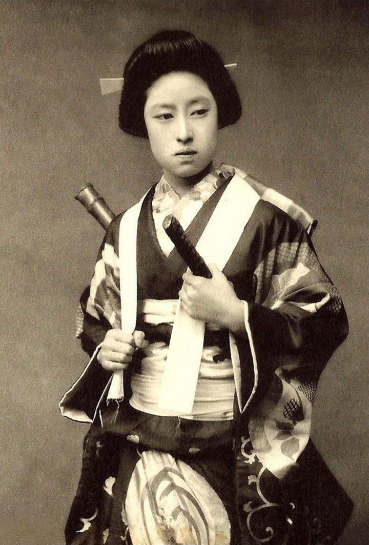 Фотография вероятнее всего актрисы или гейши в образе знаменитой женщины-самурая Накано Такэко