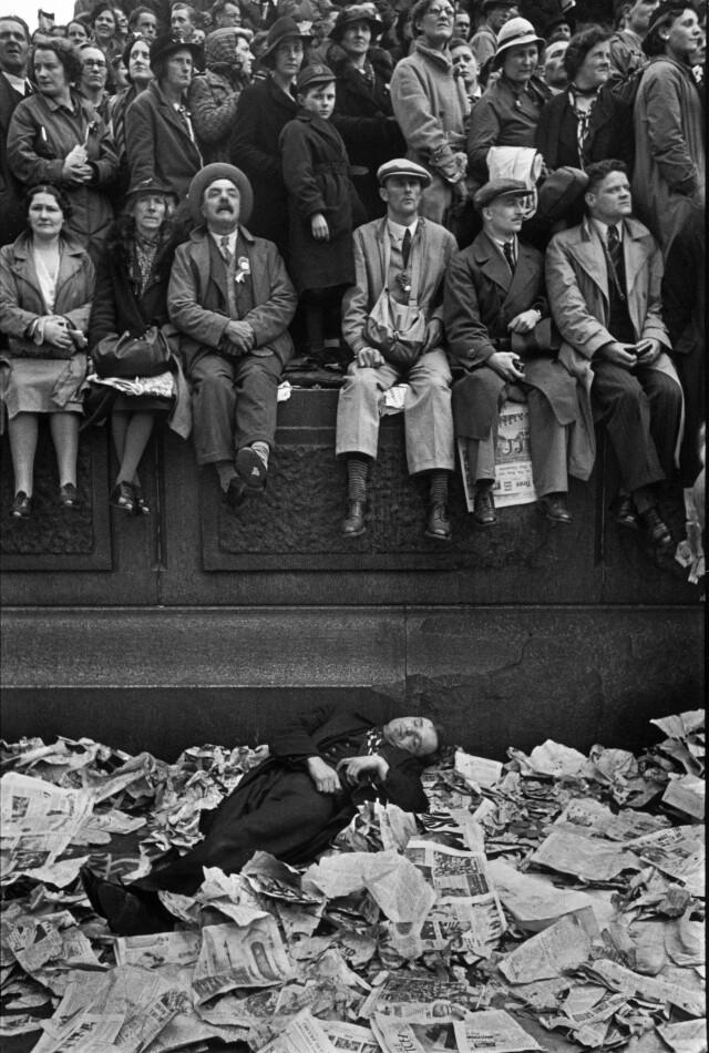Коронация Георга IV, Лондон, 1937. Некоторые зрители уснули после длительного ожидания. Фотограф Анри Картье-Брессон
