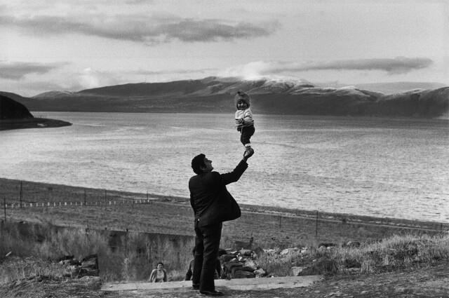 Отец с сыном, озеро Севан, Армения, 1972. Фотограф Анри Картье-Брессон