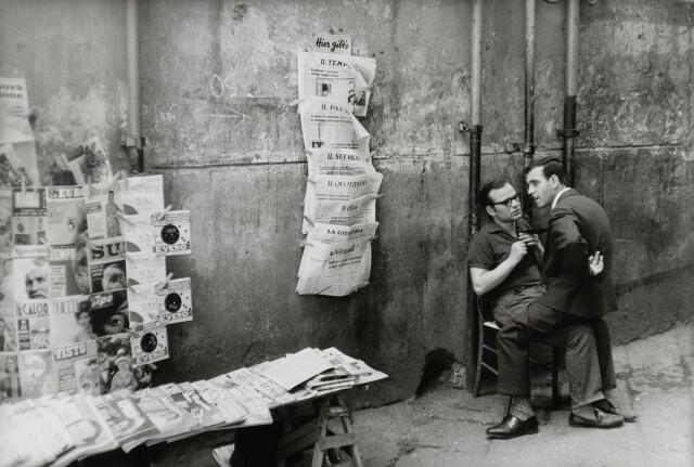 Пресса. Неаполь, Италия, 1960. Фотограф Анри Картье-Брессон