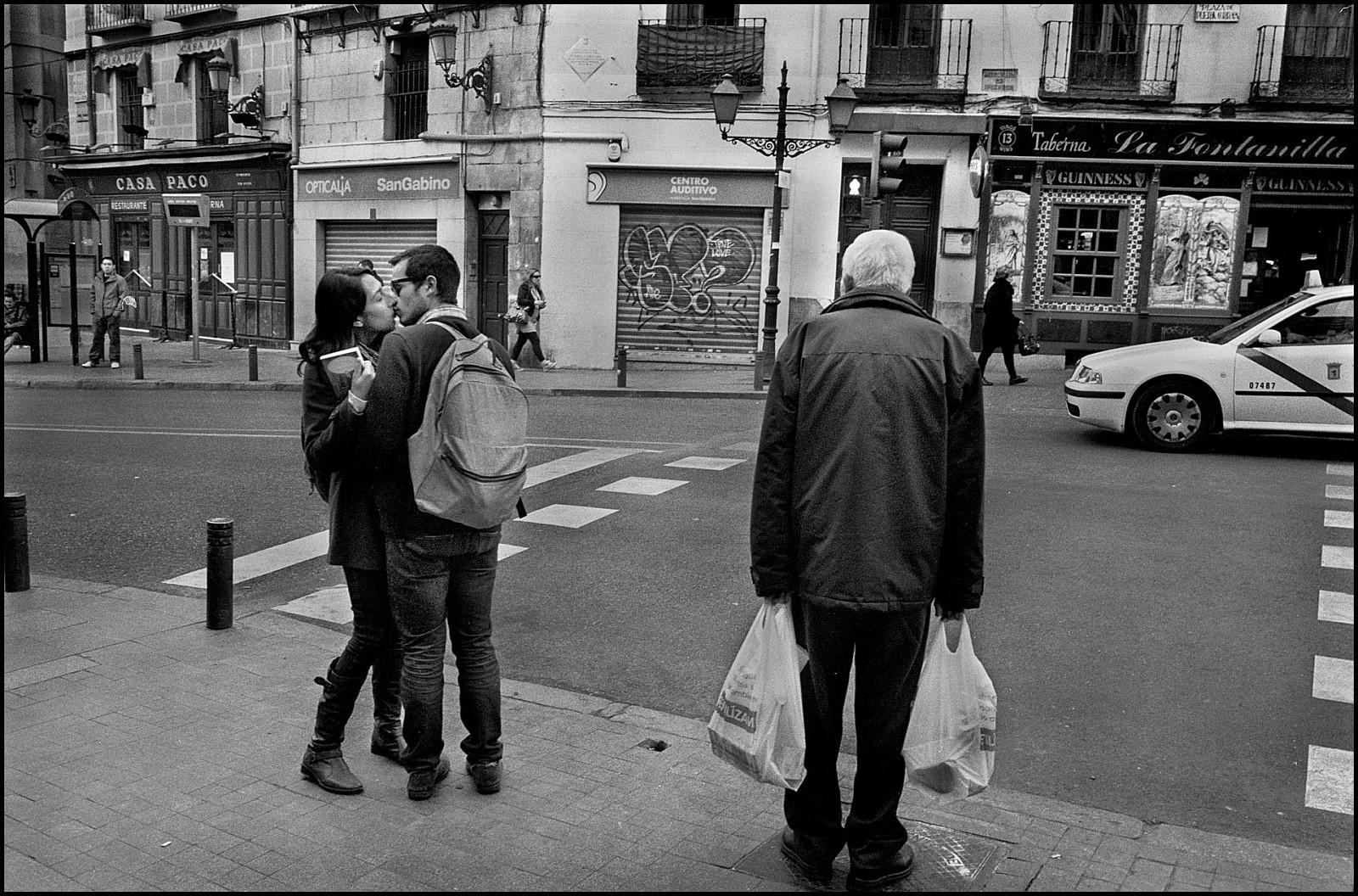 С пакетами, Мадрид, Испания, 2012. Джефф Уайденер