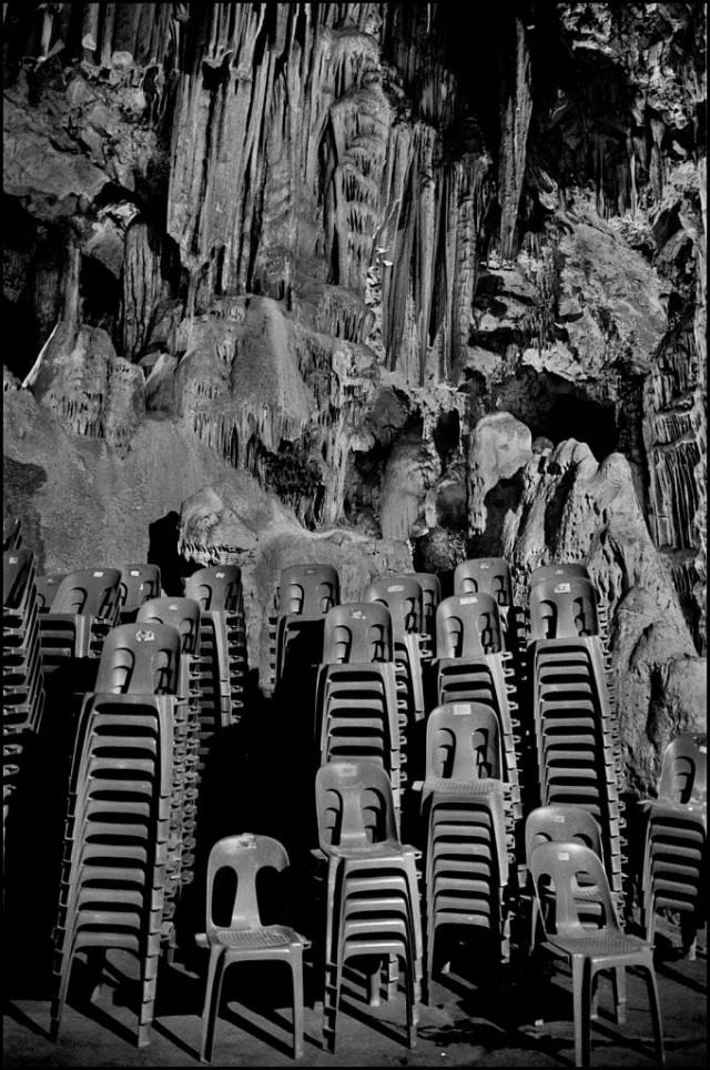 Стулья и камни в Гибралтаре, Великобритания, 2012. Джефф Уайденер